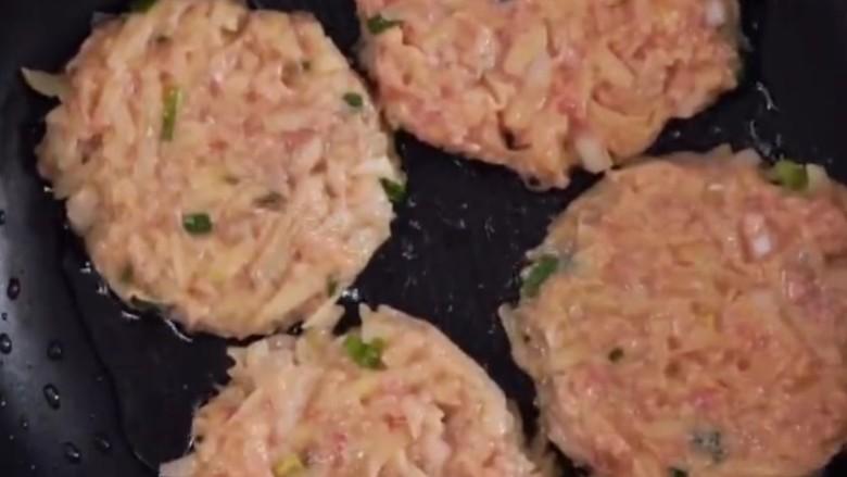 香煎牛肉土豆饼,牛肉土豆饼下锅,马上转小火