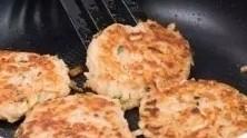 香煎牛肉土豆饼,小火慢慢煎2分钟左右,翻面继续煎,直至煎至两面金黄