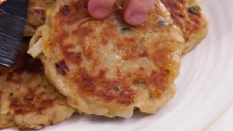 香煎牛肉土豆饼,煎好盛出