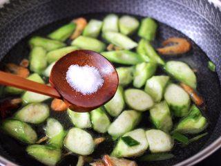 丝瓜虾干炖猪血,加入适量的清水调味。