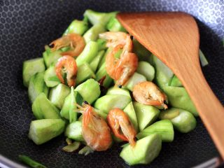 丝瓜虾干炖猪血,看见丝瓜变软后,加入提前浸泡好的虾干。