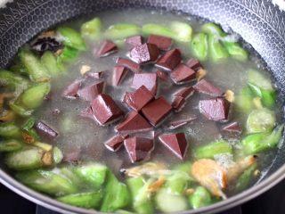 丝瓜虾干炖猪血,锅中倒入焯过水的猪血。