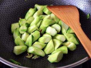 丝瓜虾干炖猪血,这个时候加入切块的丝瓜,大火快速翻炒片刻。