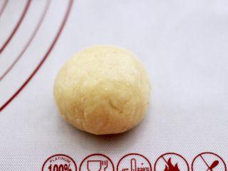 蜜豆酸奶华夫饼,包起来捏紧收口。