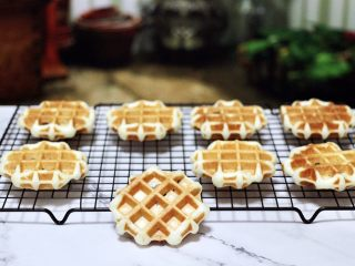 蜜豆酸奶华夫饼,依次烙完所有的华夫饼,取出放入架子上放凉,密封保存即可。