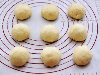 蜜豆酸奶华夫饼,依次包好所有的面团,室温醒发20分钟后。