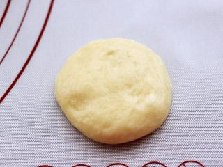 蜜豆酸奶华夫饼,把松弛好的面团,用手摁扁。