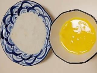无油鸡米花(烤箱版),鸡蛋打散,倒入鸡肉丁搅拌。