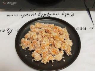 无油鸡米花(烤箱版),🍖 做法太简单了吧,酷克壹佰烤肉料很香,里面很多种材料,所以我都没有另外加其他调料腌制,已经很入味了。鸡米花吃的时候蘸着番茄酱,味道更好哦