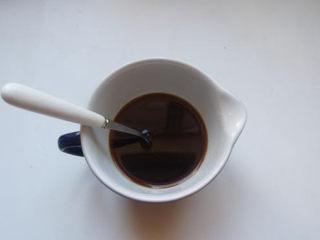 糖醋排骨,煎排骨的时候可以先把料汁调好。