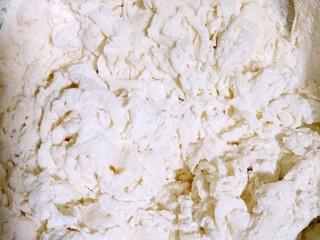 陕西油泼面,在面粉中少量多次加入清水,用筷子搅拌成雪花状。