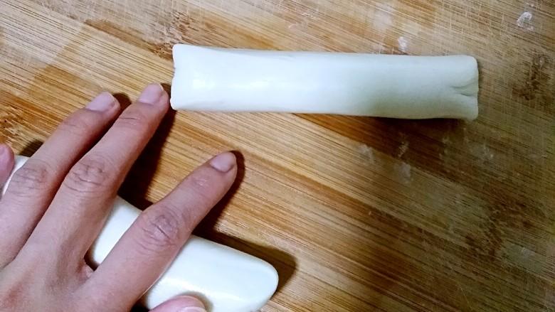 陕西油泼面,在面剂外面均匀抹一层薄油,搓成小长条。