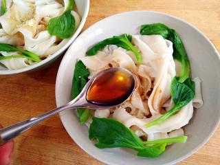 陕西油泼面,将面和青菜沥水捞入碗中,加适量盐,鸡精,味极鲜酱油,醋。