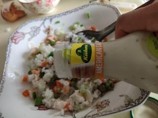 儿童趣味便当小金鱼蛋包饭,放入米饭,沙拉酱