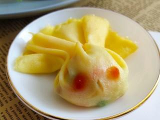 儿童趣味便当小金鱼蛋包饭,蛋饼对折用筷子夹成鱼尾的形状