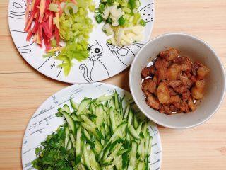 陕西油泼面(油泼裤带面),将蔬菜切好待用。