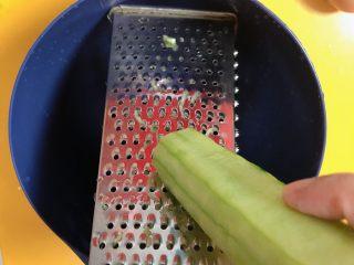 韩式泡菜煎饼,用叉子将黄瓜叉成丝儿。