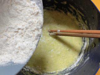 韩式泡菜煎饼,加入面粉,边搅拌均匀边加面粉,不要一次性加入,容易成坨。