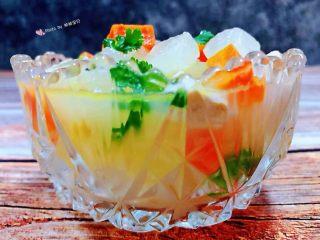 冬瓜胡萝卜肉丁汤,鲜嫩味美的冬瓜胡萝卜肉丁汤盛入容器中