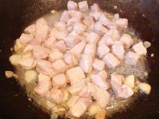 冬瓜胡萝卜肉丁汤,瘦猪肉丁炒至变色即可