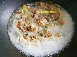 好喝到飞起的虫草炖鸡,焯3分钟煮出浮沫。