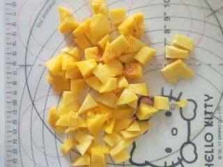 芒果百香果雪梨汁,2、芒果切小块,要熟一点的芒果。