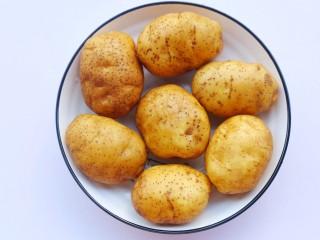 好吃到吮指的烤薯角,土豆洗净。