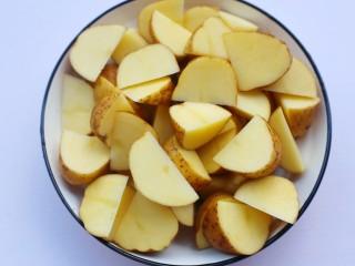 好吃到吮指的烤薯角,切成船型,再冲洗然后擦干水份。