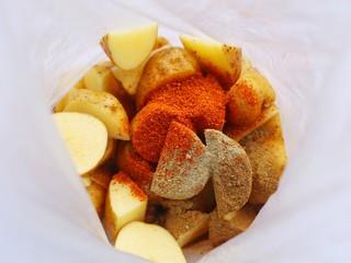 好吃到吮指的烤薯角,加入食材中所有的调料。