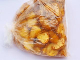 好吃到吮指的烤薯角,袋子口捏紧,来回晃动使土豆沾满调料,静置10分钟使其入味。