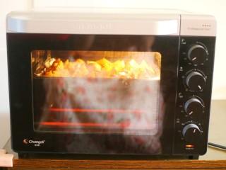 好吃到吮指的烤薯角,推入预热好的烤箱,中层200度上下火30分钟,中途取出给土豆翻个面,出现焦边就可以。