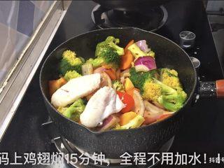 鸡翅焖锅,放鸡翅 焖15分钟 不加水