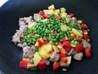 鸡腿焖米饭,倒入土豆丁、胡萝卜丁、豌豆,加入生抽、老抽、盐翻炒均匀。(盐的用量不要太多,调味料中已经有隐形盐存在,得计算进去。)