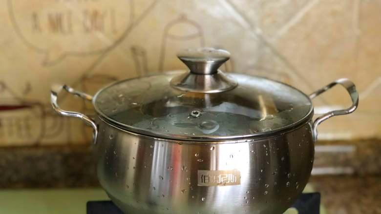 黑椒牛肉意面,煮锅烧水。