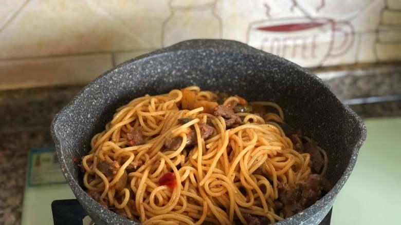 黑椒牛肉意面,翻拌均匀,放入适量的食盐、黑胡椒碎和百里香碎。