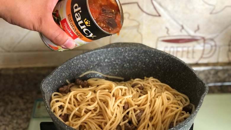 黑椒牛肉意面,翻炒均匀,倒入一罐多蔬即食蔬菜。