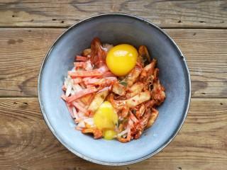 韩式泡菜煎饼,磕入两个鸡蛋。