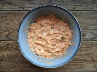 韩式泡菜煎饼,再加入面粉和面包糠,辣白菜的汤汁也一起倒入。