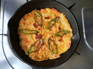 韩式泡菜煎饼,待两面都金黄焦脆即可出锅。