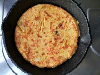 韩式泡菜煎饼,一面焦脆后翻面烙另一面。