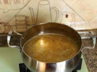 鲜虾意面,水开之后,放入天使意面,这个面比普通的面要细很多,煮起来耗时间更少,约5-7分钟即可。