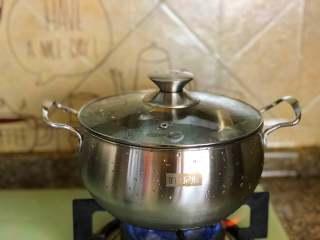 鲜虾意面,烧水煮面。