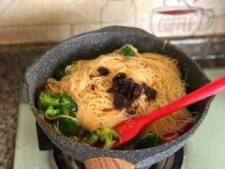 鲜虾意面,加一勺黑胡椒酱翻炒均匀。