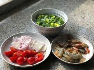 鲜虾意面,煮面的过程中把洋葱切碎,番茄洗干净一开为二,西兰花剪成小朵,用盐水泡一下,大虾去头,去掉壳抽出虾线备用。