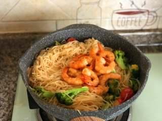 鲜虾意面,翻拌均匀,撒入适量的黑胡椒碎,关火。