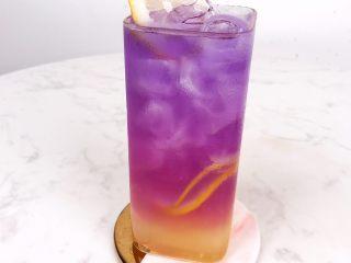 一杯梦幻海洋饮品,分层渐变柠檬蝶豆花茶