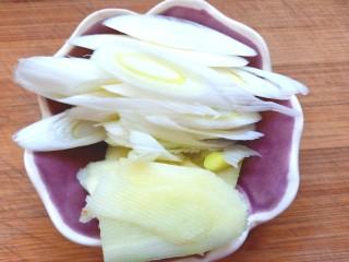 香辣毛豆,葱姜切片
