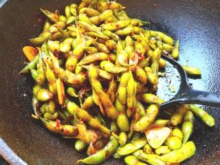 香辣毛豆,放入生抽,老抽,耗油,盐,味精翻炒均匀