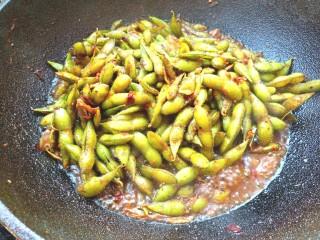 香辣毛豆,加入少许水,煮两分钟关火,盖好盖子焖3分钟,出锅