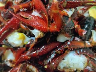 美味宵夜小龙虾,小龙虾去头去虾线,洗净备用